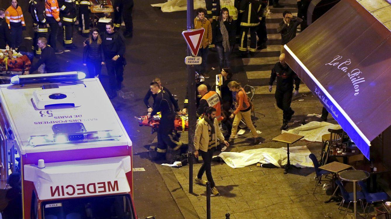 Foto: Los servicios de emergencia cerca de la sala Bataclan. (Reuters)