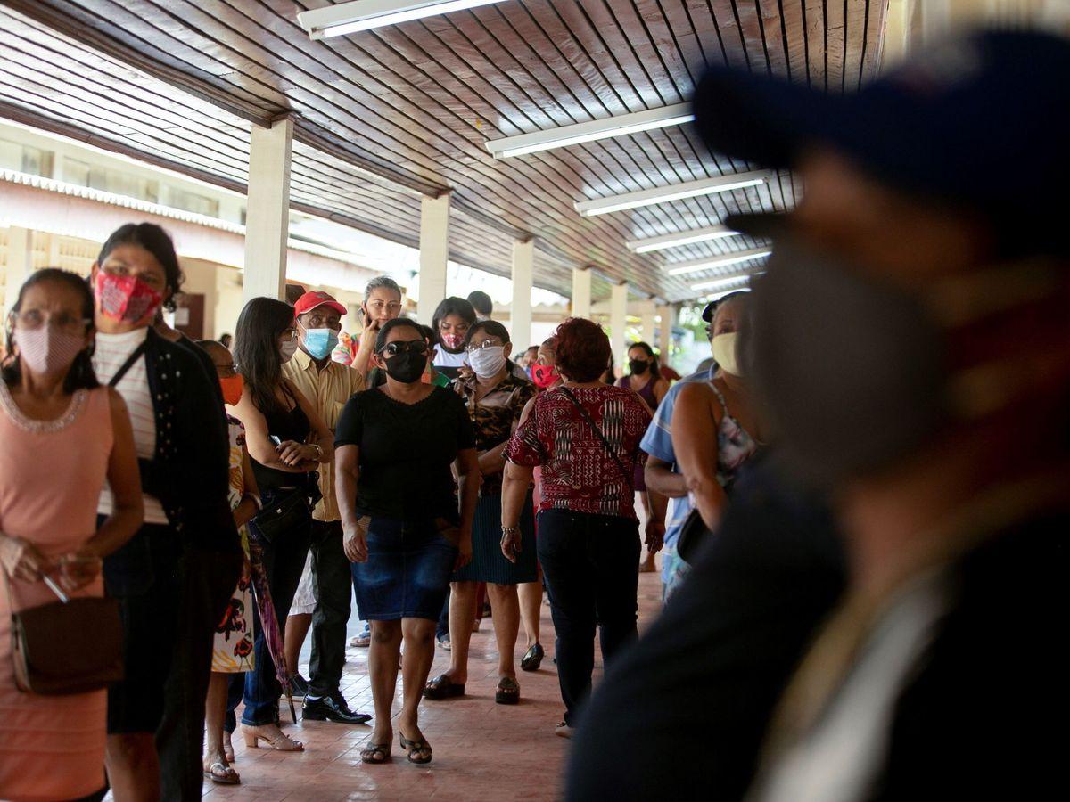 Foto: Habitantes realizan fila para depositar su voto, hoy en Amapá (Brasil). (EFE)