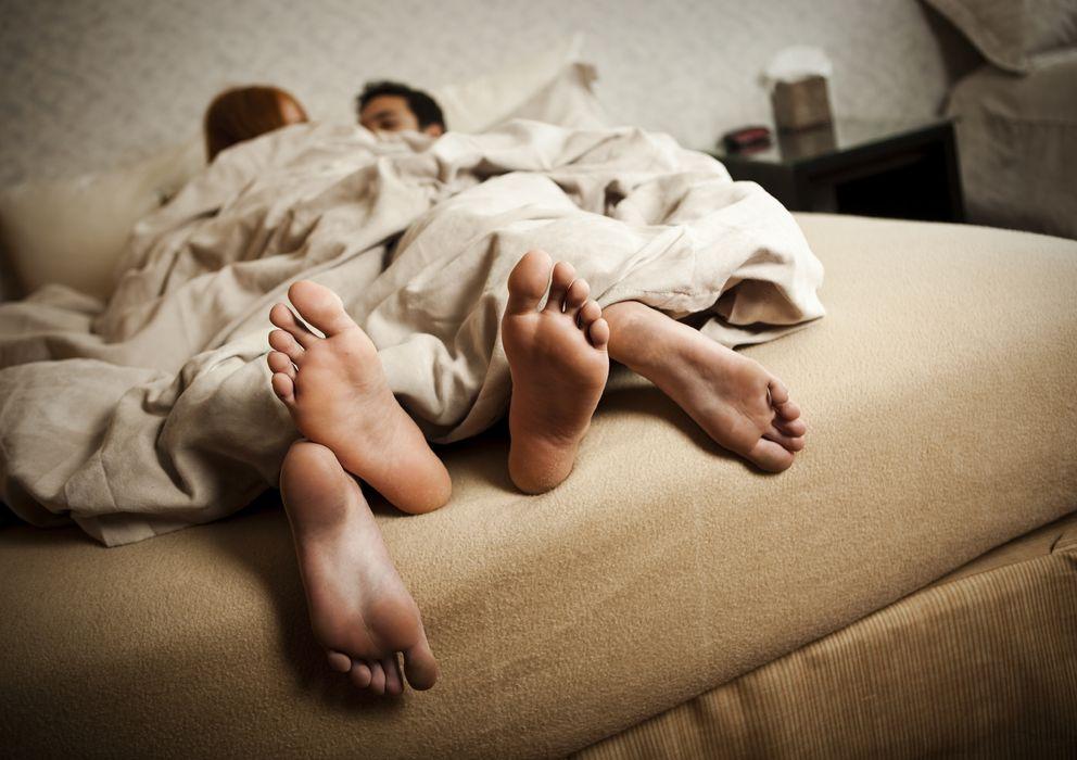 Foto: El dolor de espalda suele reducir drásticamente la vida sexual de quien lo padece. (iStock)
