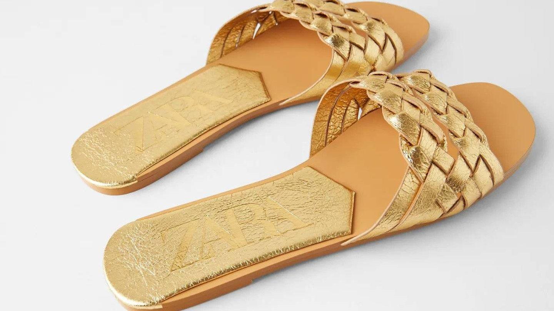 Sandalias doradas de Zara. (Cortesía)