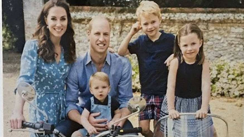 Los duques de Cambridge, con sus tres hijos. (Kensington)