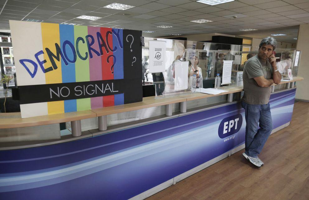 Foto: Un trabajador en la sala de recepción de la sede de ERT en Atenas, en una imagen de archivo (Reuters)