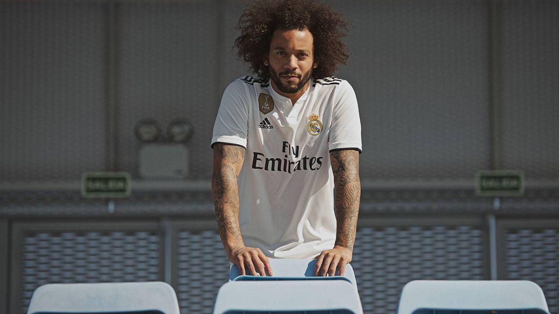 ccd51e70085ea Marcelo posa en la grada con la nueva camiseta del Real Madrid. (real madrid