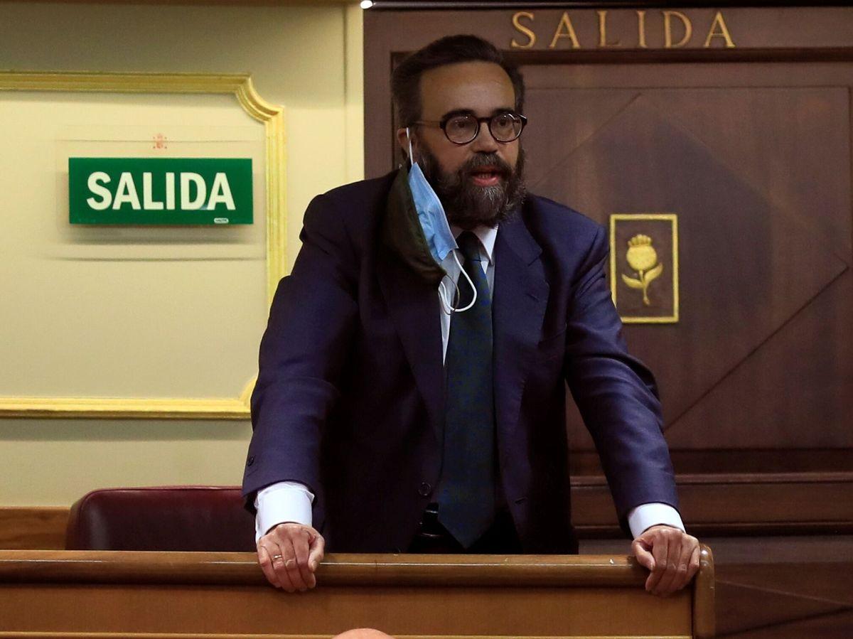 Foto: El diputado de Vox José María Sánchez García es expulsado del hemiciclo durante la sesión plenaria del Congreso de los Diputados. (EFE)