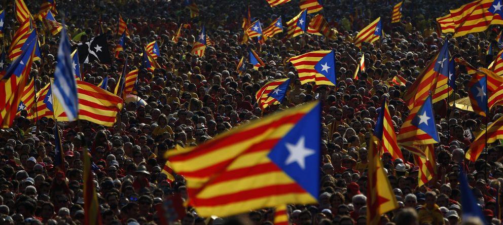 Foto: La manifestacion a favor de la consulta reúne a miles de ciudadanos en Barcelona. (AP)