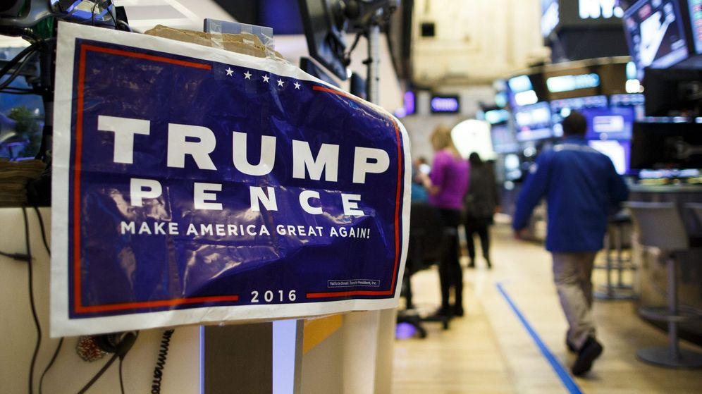 Foto: Un cartel electoral de Trump en el parqué de la Bolsa de Nueva York (EFE)