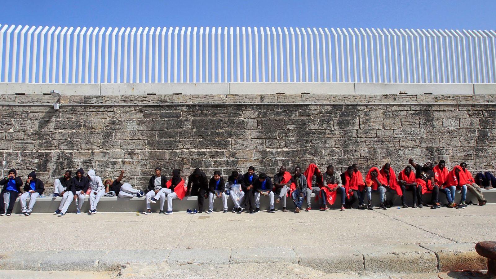 Foto: Inmigrantes esperan en el puerto de Tarifa (Cádiz) a ser trasladados por la Guardia Civil tras ser atendidos por Cruz Roja. (EFE)