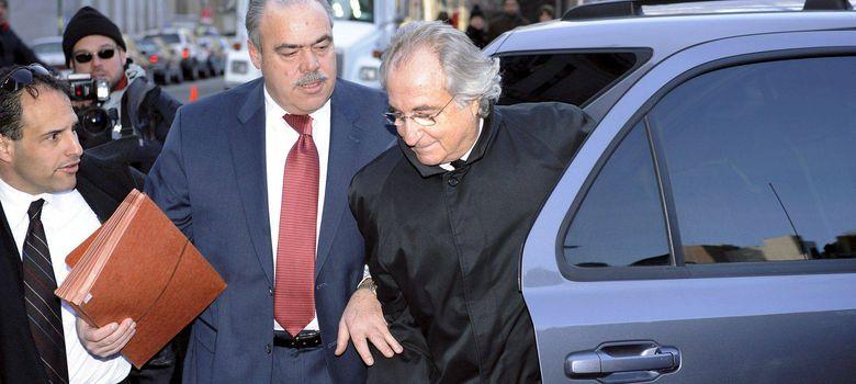 Foto: Madoff, con abrigo negro, a su llegada a una de las sesiones en la Corte Federal en enero de 2009
