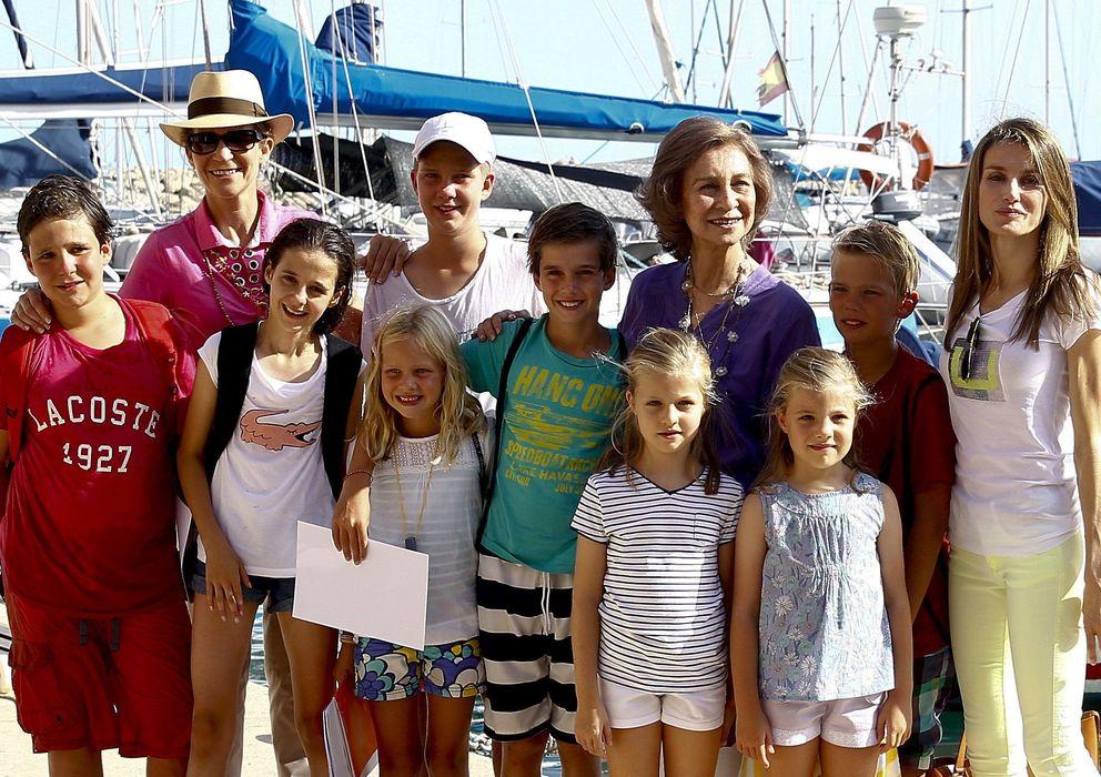 Foto: La Reina Sofía junto a la princesa Letizia, su hija Elena y sus nietos