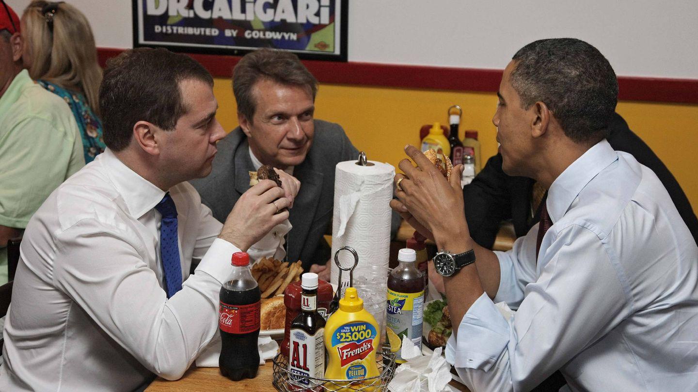 Dmitry Medvedev (i) y Barack Abama, en el restaurante Ray's Hell Burger en Arlington (EEUU). (EFE)