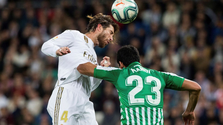 Sergio Ramos pugna por un balón ante Mandi. (EFE)