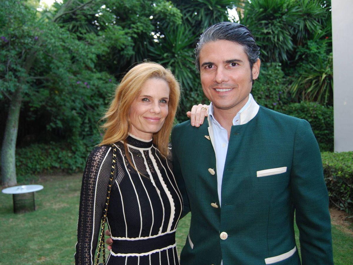 Foto: Olivia de Borbón posa junto a su marido, Julián Porras. (Amparo de la Gama)