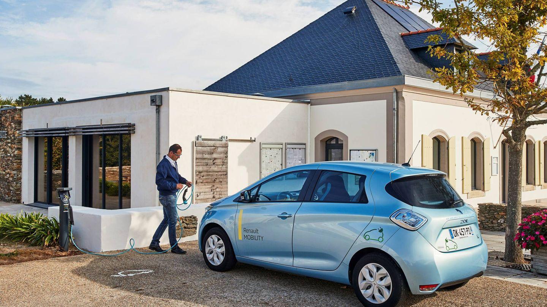 En la experiencia piloto de Belle-Ile-en Mer, en Francia, la red de recarga se alimenta con placas solares instaladas en edificios públicos a los que también proveen de energía.