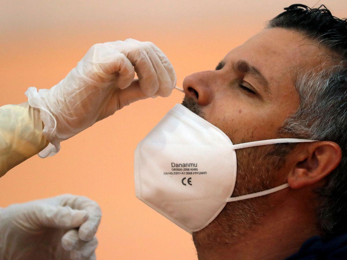Foto: Un enfermero toma una muestra para detectar la enfermedad coronavirus. (Reuters)