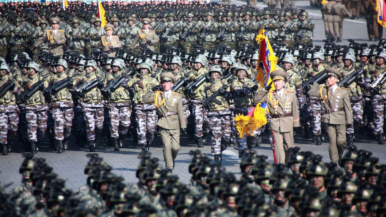 Soldados norcoreanos marchan durante el 70º aniversario de la fundación del Ejército Popular de Corea, en Pyongyang, el 9 de febrero de 2018. (Reuters)