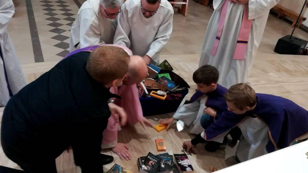 Foto: Sacerdotes y ayudantes recopilan los libros, entre ellos alguno de Harry Potter (Foto: Facebook)