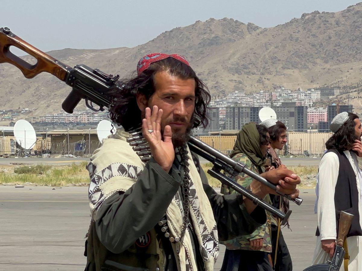 Foto: Un miliciano talibán, en el aeropuerto de Kabul. (Reuters)