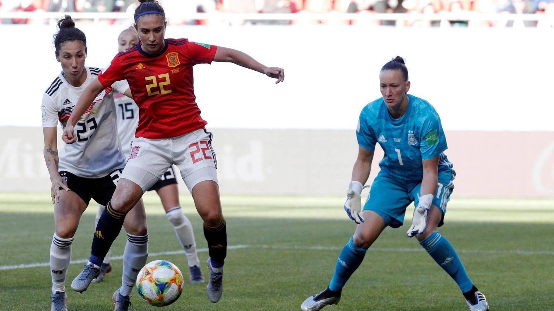 Foto: Nahikari García controla el balón ante la portera de la selección alemana, Almuth Schult. (EFE)