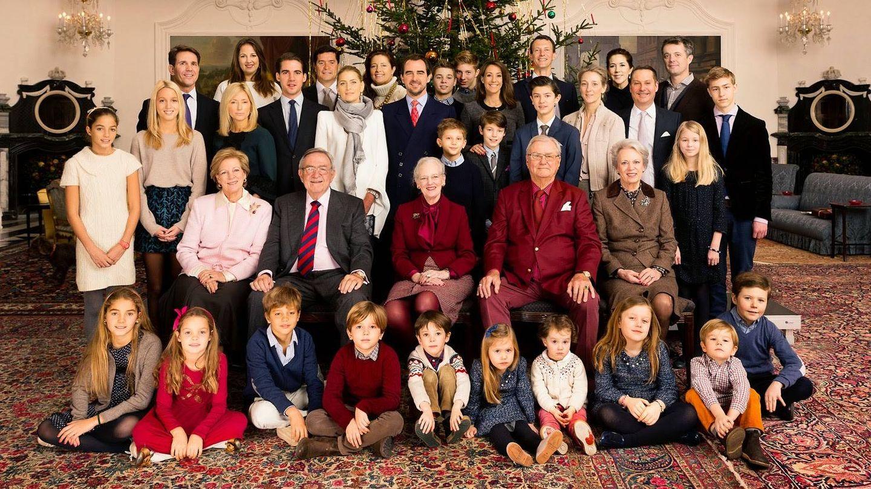 Arrietta (a la izquierda y de blanco), junto a su familia y la familia real danesa en la Navidad de 2014. (Kongehuset)