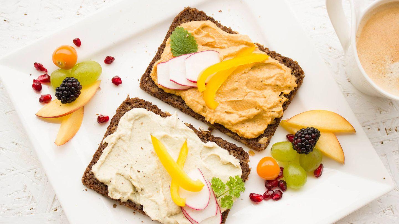 Tostas de pan de centeno con humus, rábano y pimiento. (Pixabay)