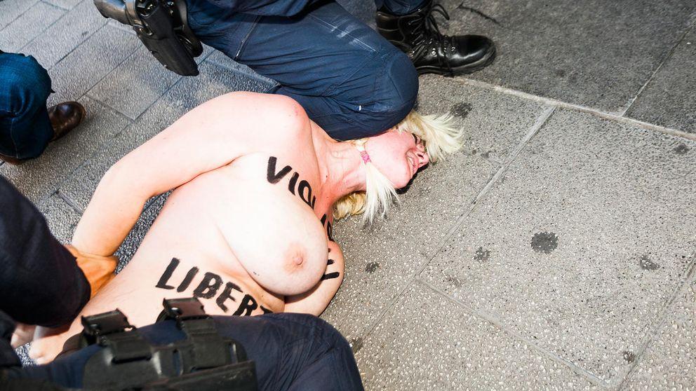 Una activista de Femen se lanza semidesnuda contra Fernández Díaz