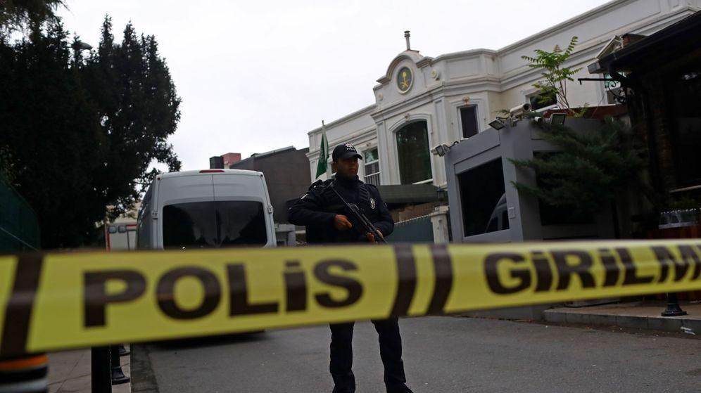 Foto: Un policía turco monta guardia mientras miembros del departamento forense llegan a la residencia del cónsul saudí en Estambul. (EFE)