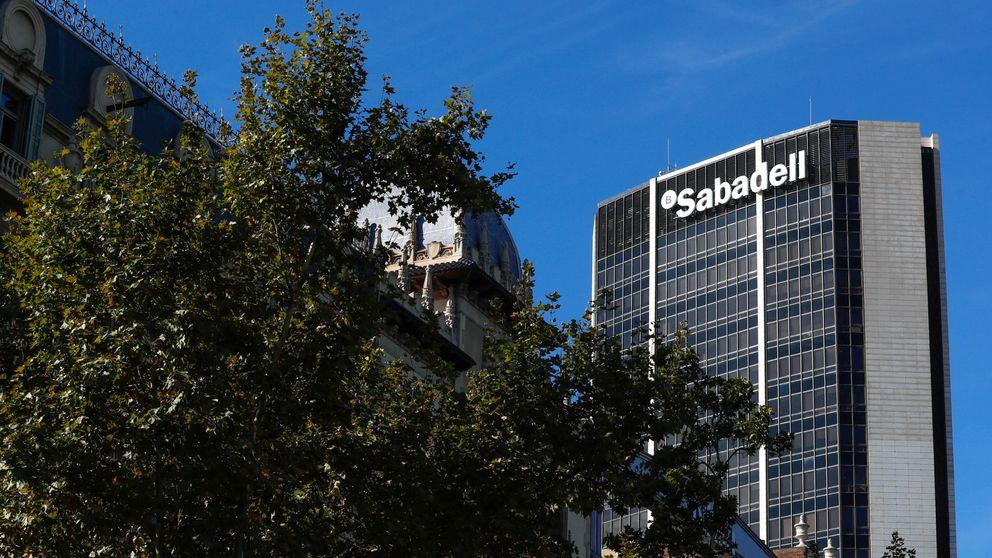 Vuelve el castigo a Sabadell y Caixabank, que cierran en rojo una semana de vaivenes