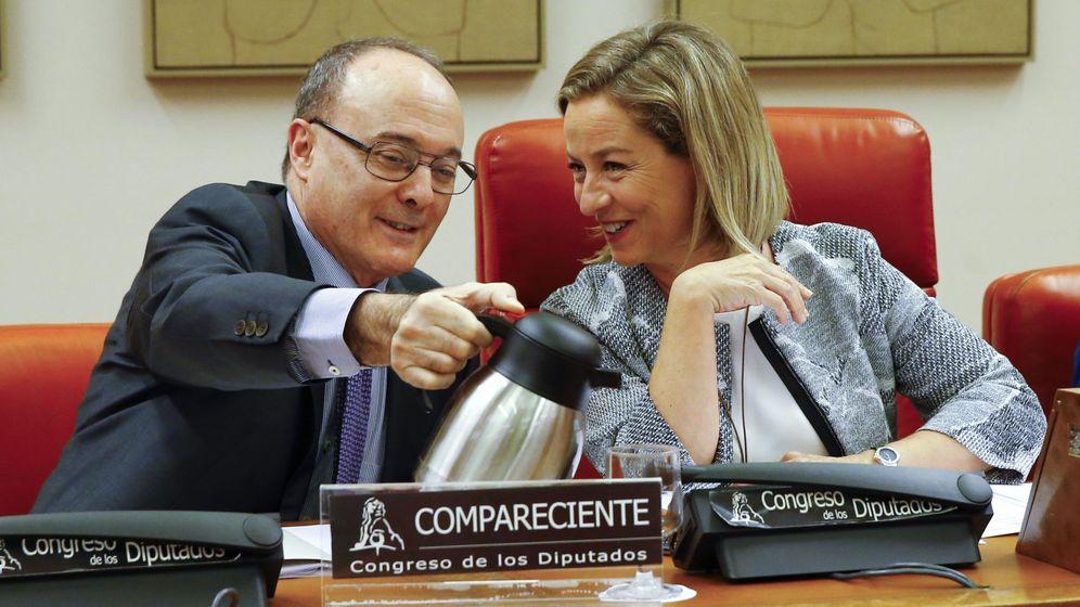 Foto: Luis María Linde, gobernador del Banco de España, junto a la diputada Ana Oramas. (EFE)