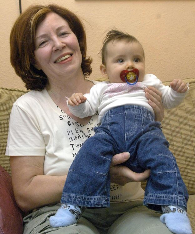 Foto: Annegret, en 2005, cuando tenía 55 años sosteniendo a su hija pequeña (EFE)