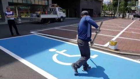Impresionante la habilidad de este operario pintando un parking