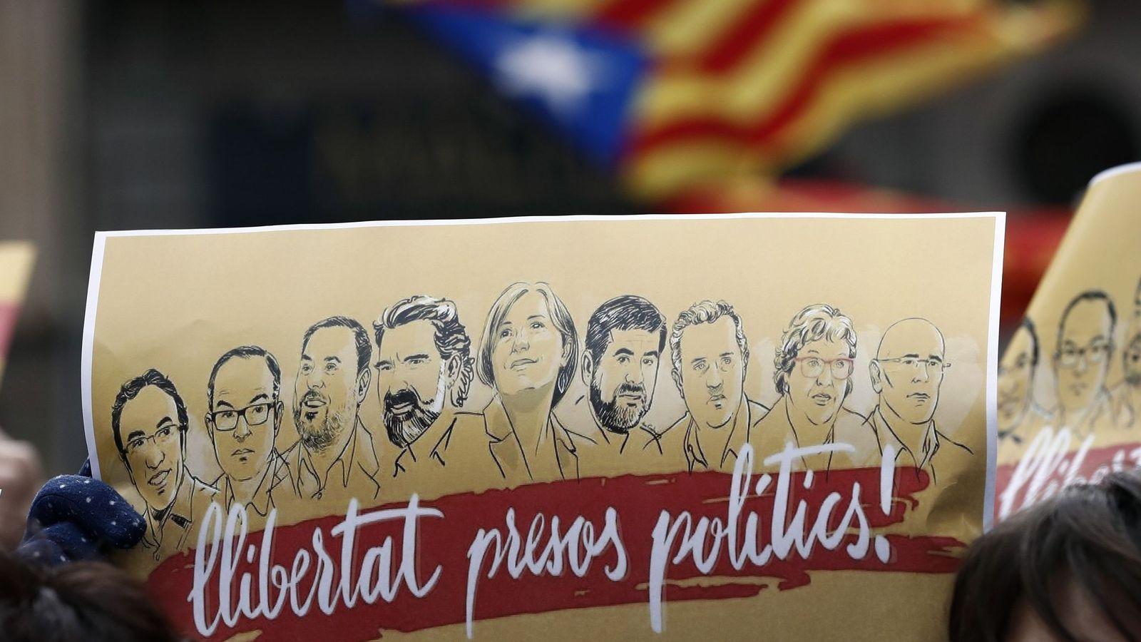 Foto: Cartel a favor de la libertad de los presos políticos. (EFE)