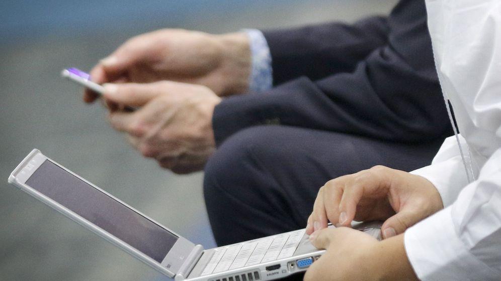 Foto: Dos usuarios utilizan un ordenador y un 'smartphone'. (EFE)
