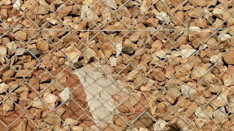 ADIF rectifica y retira el cemento con el que sepultó a miles de conejos