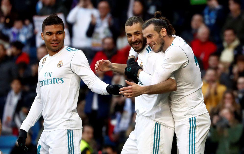 Foto: Benzema es abrazado por Bale. (Reuters)