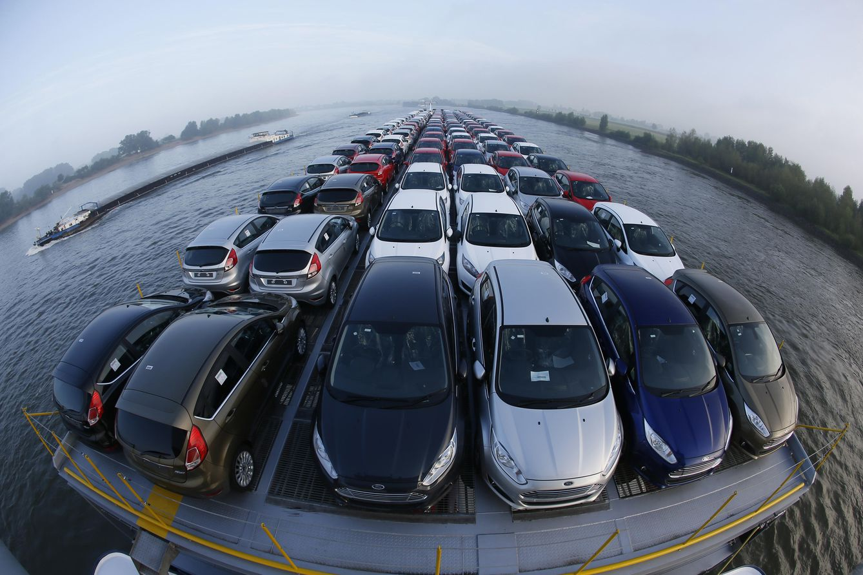 Foto: Coches nuevos son transportados por el Rin desde una fábrica de Ford ubicada en la ciudad alemana de Colonia. (Reuters)