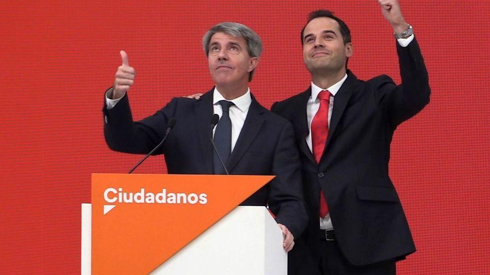 Foto: El expresidente de la Comunidad de Madrid Angel Garrido,iz., acompañado por candidato de Ciudadanos (Cs) a la Comunidad de Madrid, Ignacio Aguado. (EFE)