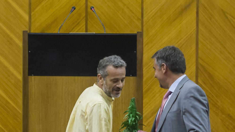 Foto: El diputado de IU José Antonio Castro habla con el diputado de Podemos-A Juan Ignacio Moreno Yagüe (d), que porta una maceta de cannabis durante un debate sobre su regulación. (EFE)