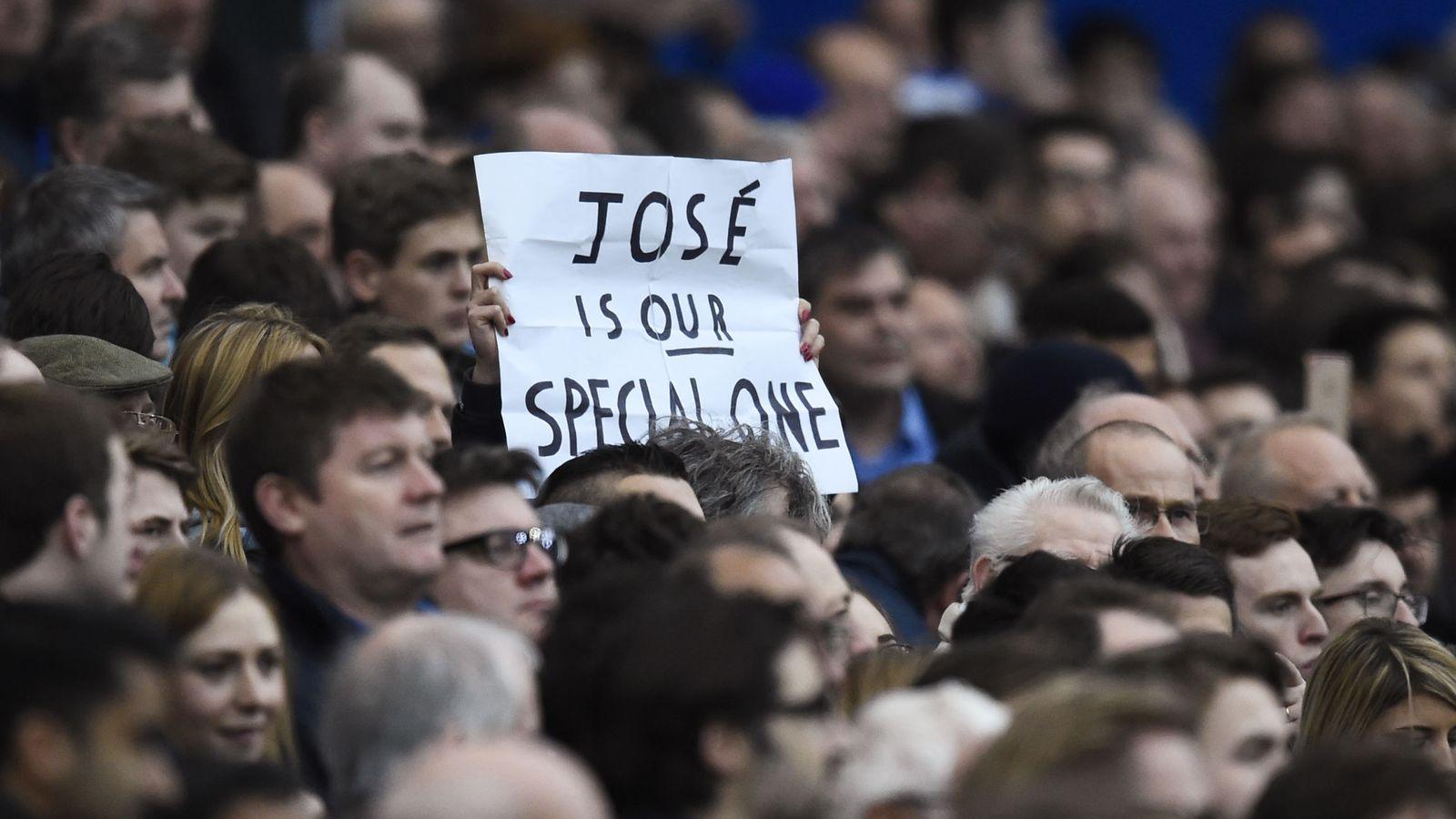 Foto: Un aficionado despliega una pancarta en homenaje a Mourinho durante el partido que el equipo azul disputó ante el Sunderland (Reuters)