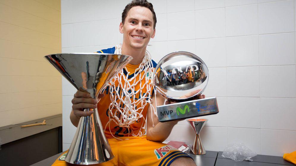Foto: Kuric posa con el 'MVP' y el título de la Supercopa (Foto: ACB Photo)