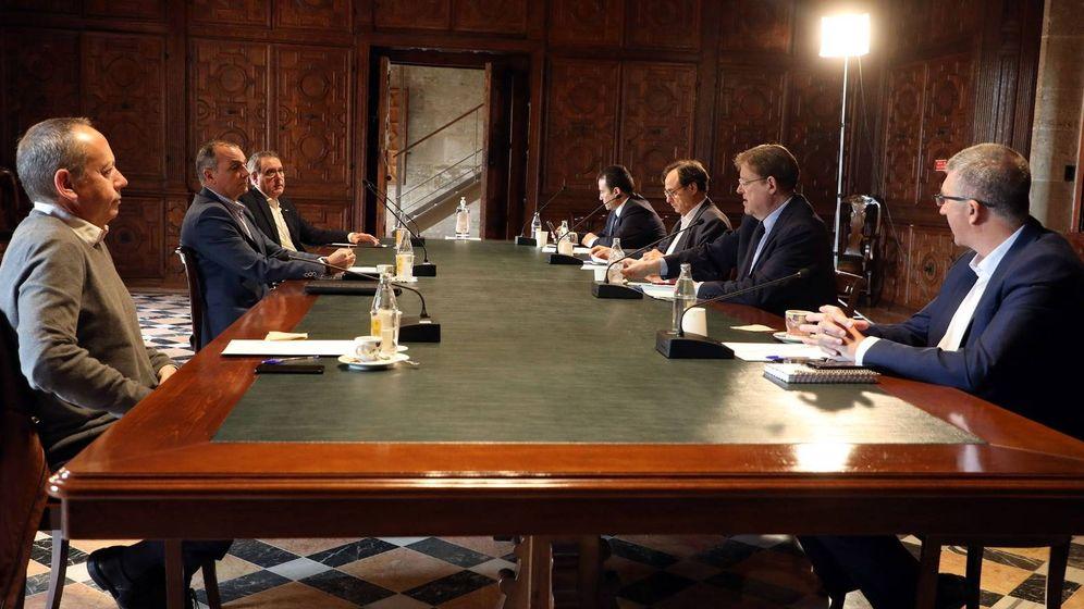 Foto: Agentes sociales y patronales, en el Palau de la Generalitat, con Ximo Puig. (GVA)