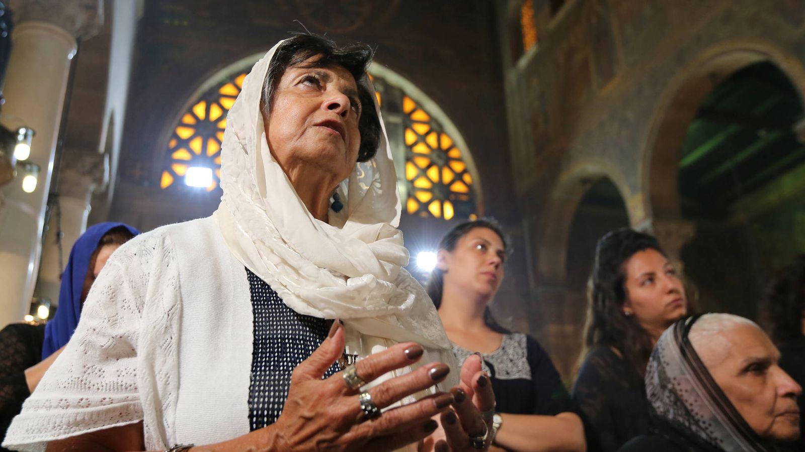 Foto: Familiares de los cristianos fallecidos en el accidente del vuelo MS804 durante una misa en El Cairo, el 22 de mayo de 2016 (Reuters).