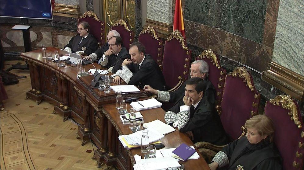 Foto: Los jueces del 'procés' Andrés Martínez Arrieta, el tercero comenzando por la izquierda, y Ana Ferrer. (EFE)