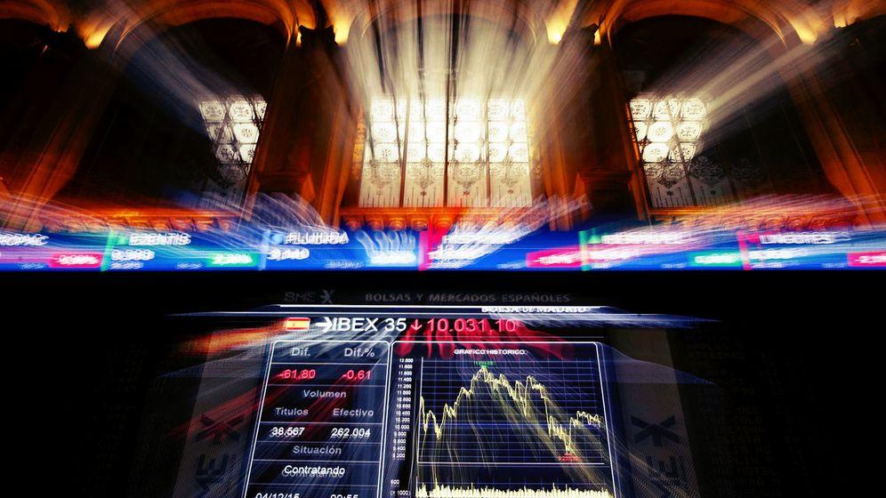 Foto: El Ibex 35, el índice de referencia de las bolsas españolas, se ha dejado un 13% y ha reculado hasta los 8.300 puntos. (EFE)