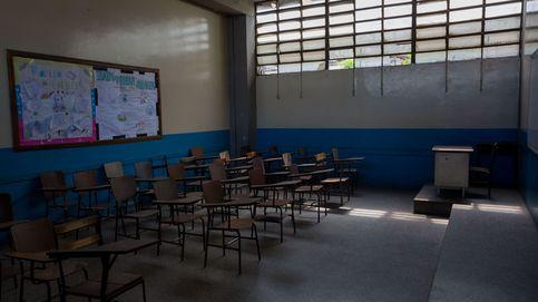 Maestra de su barrio con solo 16 años por el cierre de colegios en Venezuela