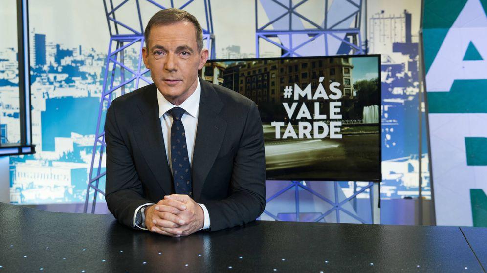 Foto: Hilario Pino en el plató de 'Más vale tarde'. (Atresmedia)