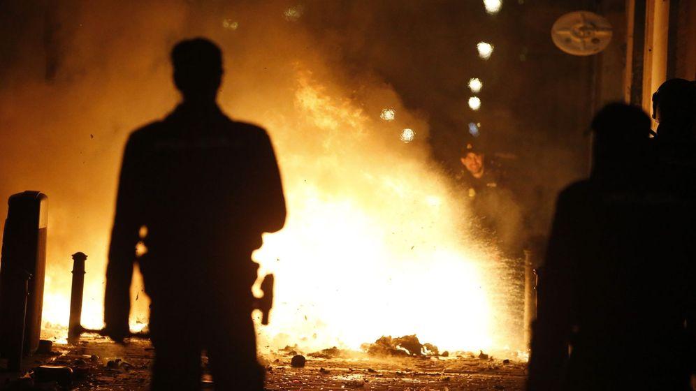Foto: Contenedores incendiados en la calle Mesón de Paredes con la calle del Oso, en el barrio de Lavapiés de Madrid. (EFE)