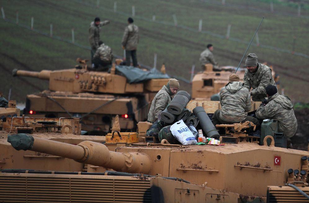 Foto: Soldados turcos sobre sus tanques cerca de la frontera con Siria, en la provincia de Hatay. (Reuters)