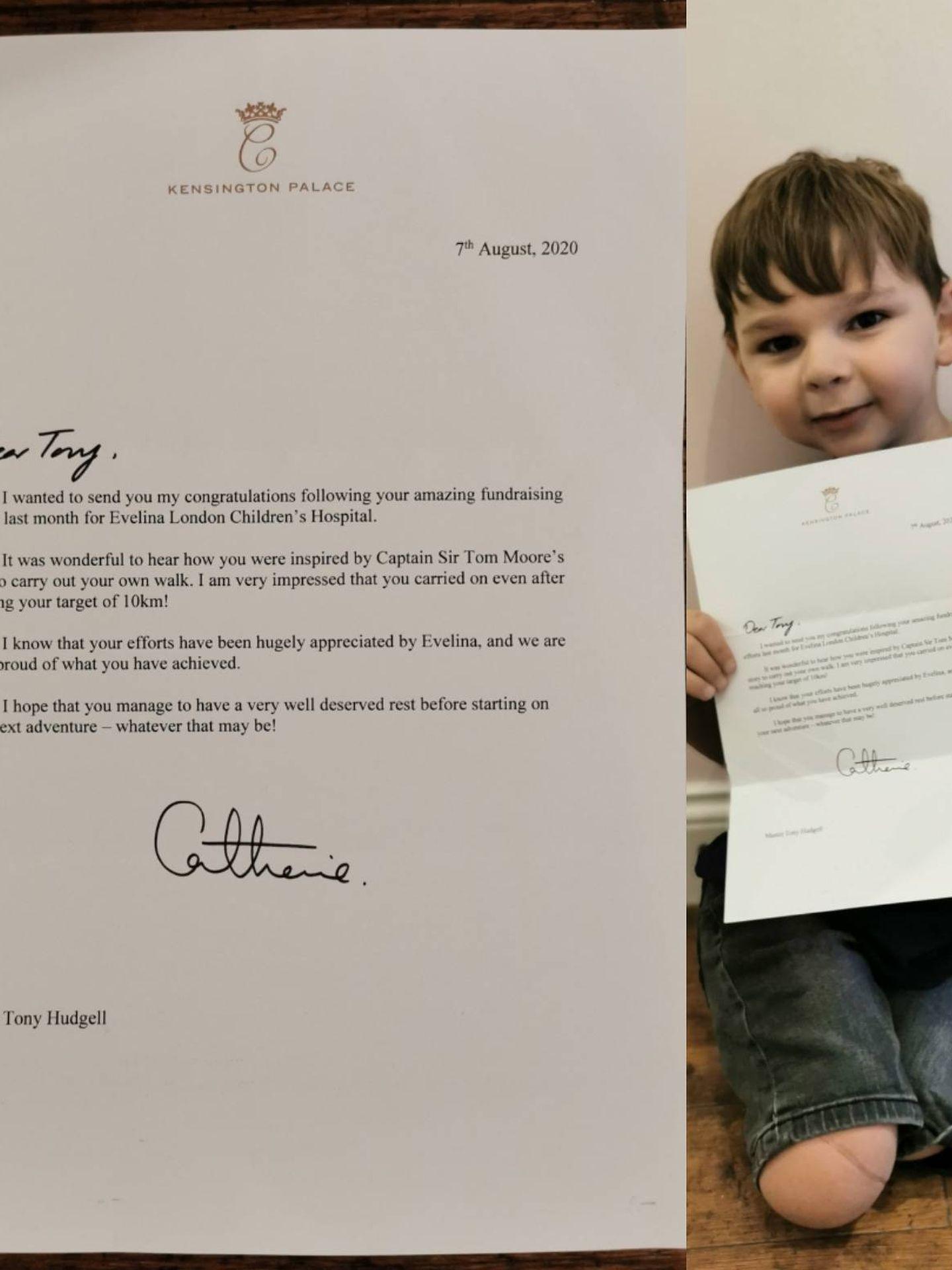 El niño Tony Hudgell, con una carta enviada por Kate Middleton. (Twitter: @bearsjourney)