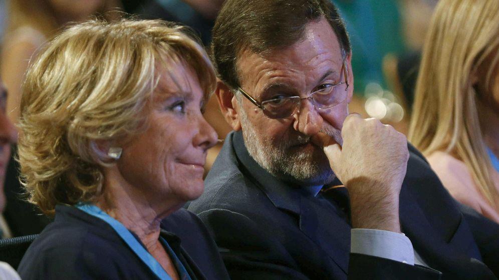 Foto: La portavoz del PP en el Ayuntamiento de Madrid, Esperanza Aguirre (i), conversa con el presidente del Gobierno, Mariano Rajoy (d). (EFE)