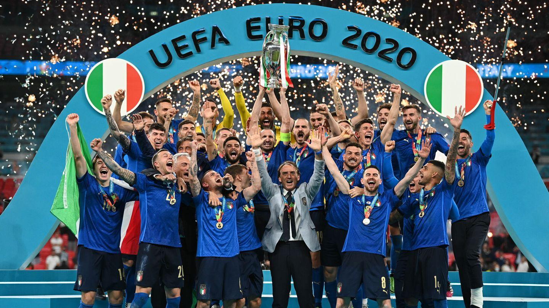 Los jugadores italianos alzan la Eurocopa al cielo de Wembley. (EFE)